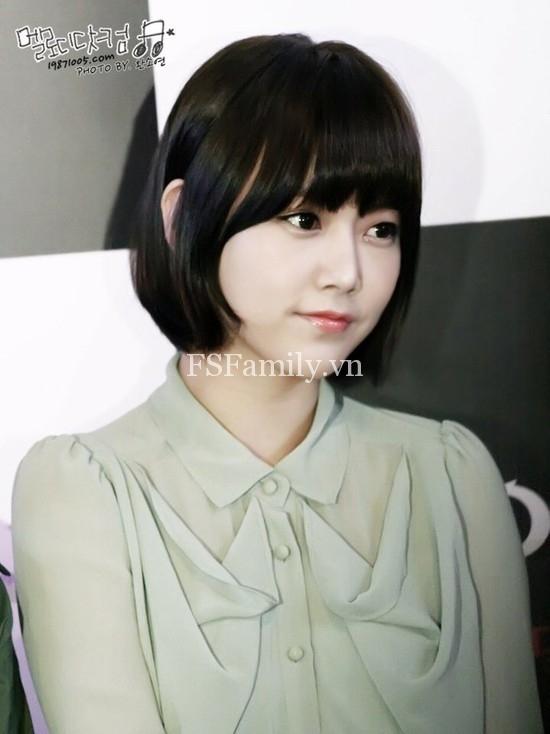 Soyeon trẻ trung như nữ sinh trung học khi để kiểu tóc ngắn mái ngố.