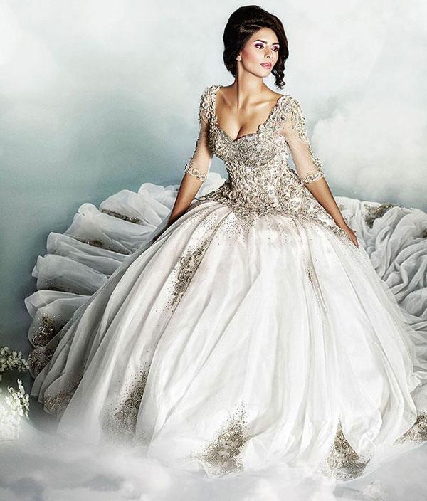 Lazaro nổi tiếng với những chiếc váy cưới cầu kỳ, gợi cảm.