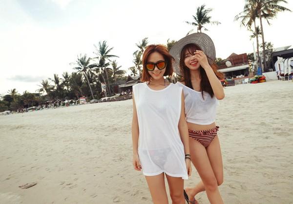 Trang phục có thể sử dụng khi đi biển với dép kẹp, nón rộng vành và short.