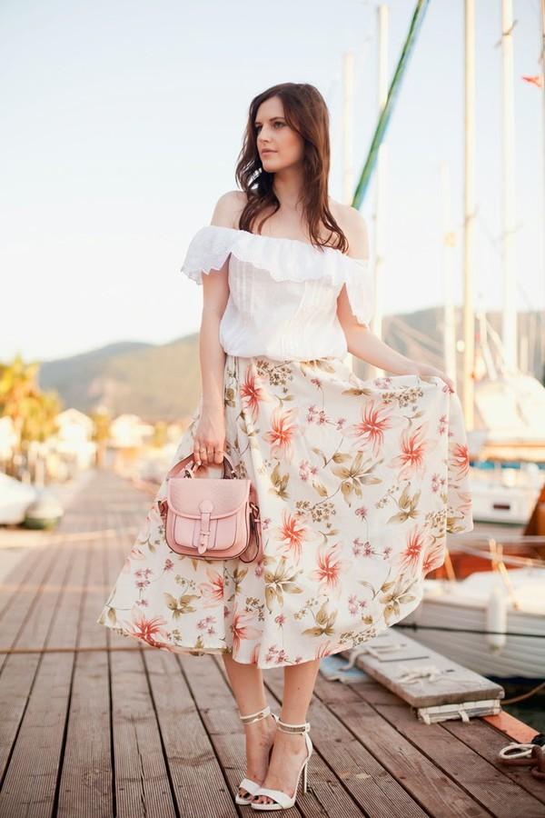 chiếc váy họa tiết hoa màu tươi