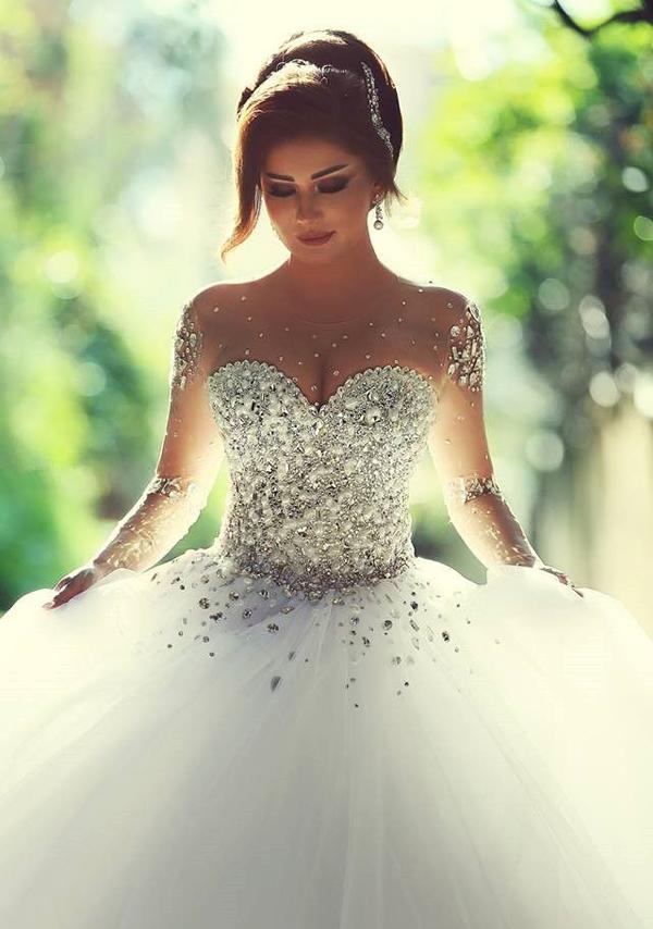Dar Sara mang đến thiết kế váy xòe với cách trang trí cầu kỳ, pha lê phủ kín phần ngực váy.