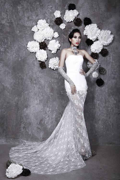 Kết hợp voan dài thướt tha cùng váy cưới đuôi cá là cách Val Stefani tạo nên phong cách công chúa cho cô dâu.